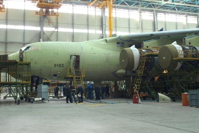 2 апреля 2014 года. Что изменилось на заводе с момента моего предыдущего посещения предприятия год назад. Цех финальной сборки. Сейчас нас здесь «встречают» новые Ил-76МД-90А.
