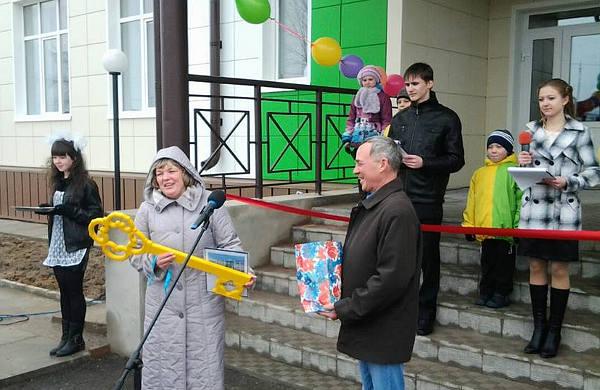 Заместитель директора ООО «Монтажспецстрой» Прокопий Кузнецов передал символический ключ от школы ее директору Ирине Тихоновой.