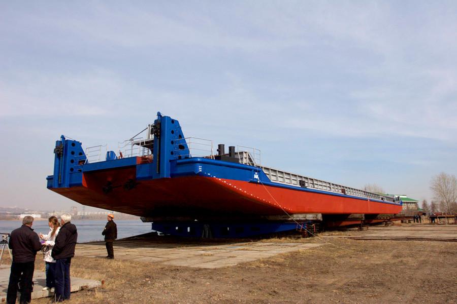 На Красноярской судоверфи спустили на воду новое несамоходное судно