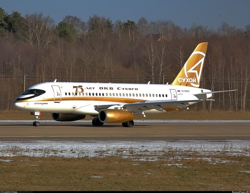 Праздничная ливрея на самолете Sukhoi Superjet 100