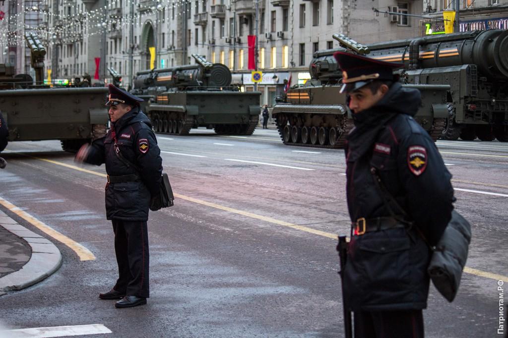 Замерзающие сотрудники правоохранительных органов на охране репетиции парада Победы.
