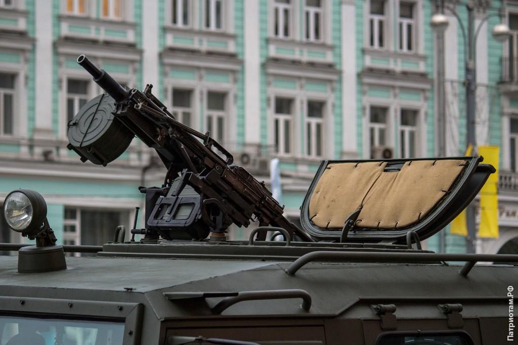 "На крыше бронеавтомобиля ""Тигр"" расположено два пулемета"