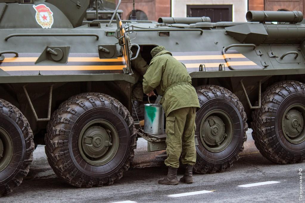 Бойцы отмываю колёса на своём БТРе.