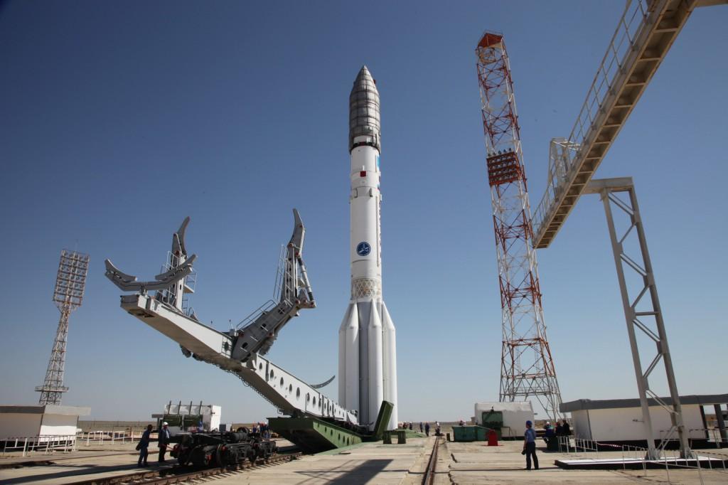 Ракета-носитель «Протон-М» с космическим аппаратом «Экспресс-АМ4Р» вывезена на стартовый комплекс