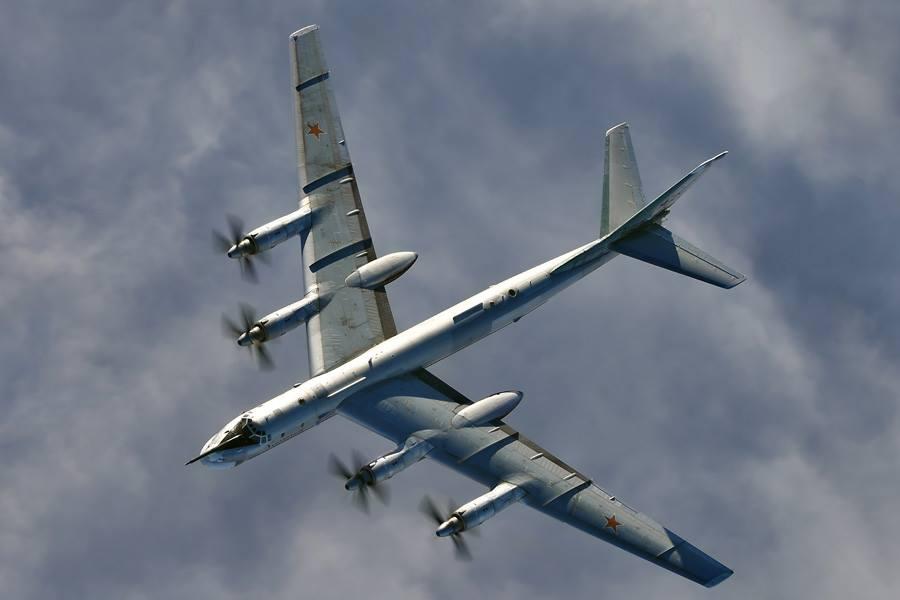 Ту-95 патрулируют Арктику под прикрытием истребителей. Эксклюзивные кадры