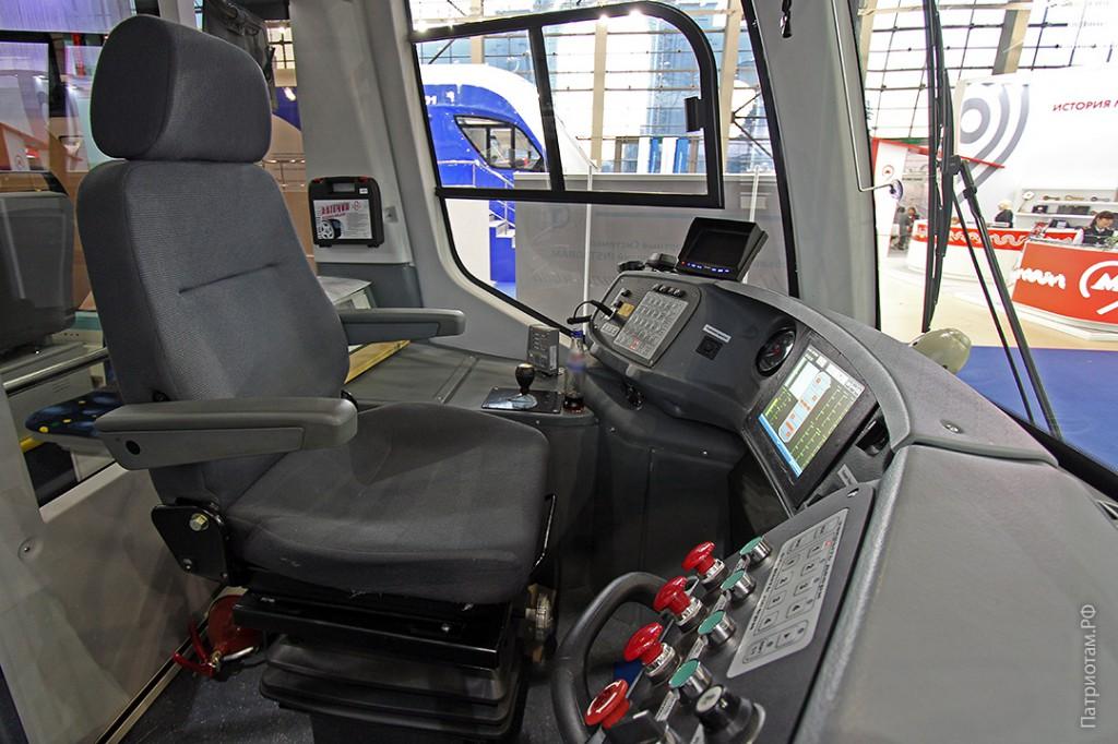 035_tramvaj_71-911_kabina_mashinista