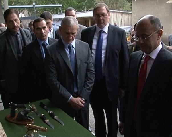 Министр обороны Армении Сейран Оганян (крайний справа)