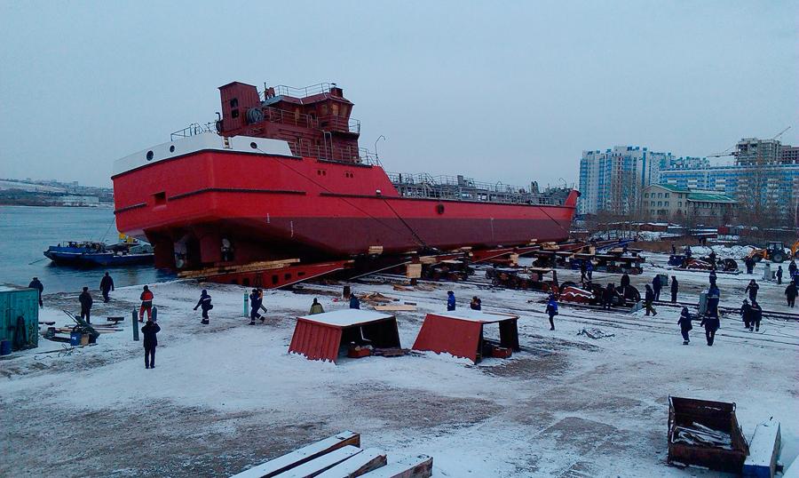 В Красноярске спущен на воду новый ледовый танкер