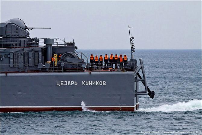БДК «Цезарь Куников» вернулся в Севастополь после ремонта в Болгарии