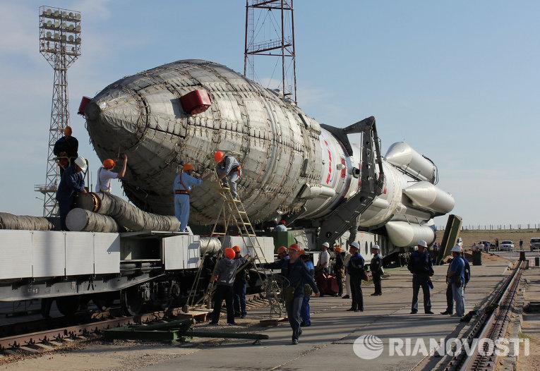 """Ракета-носитель """"Протон-М"""" вывезена на стартовый комплекс"""