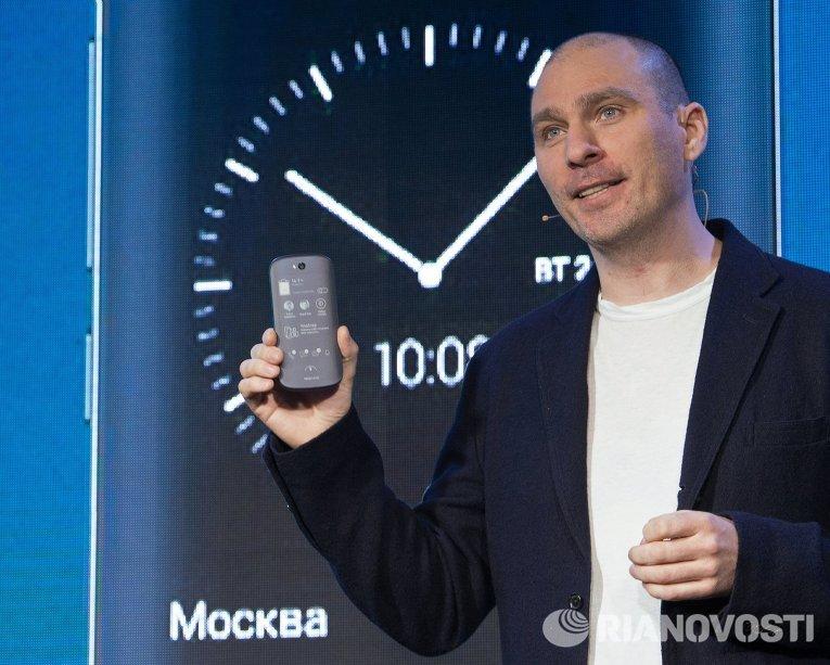Yota Devices презентовала вторую модель российского YotaPhone 2