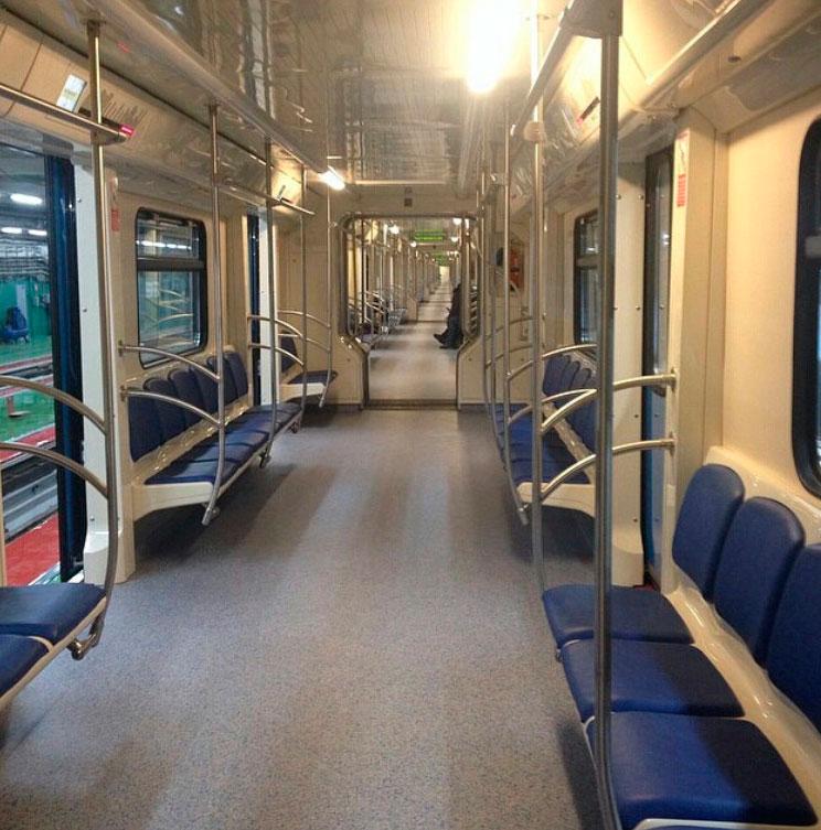 Первый поезд со сквозным проходом запущен в московском метро