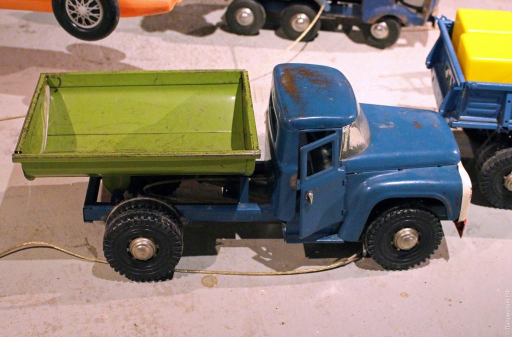 Советская игрушка. Грузовик ЗИЛ с поднимающимся пневматическим кузовом
