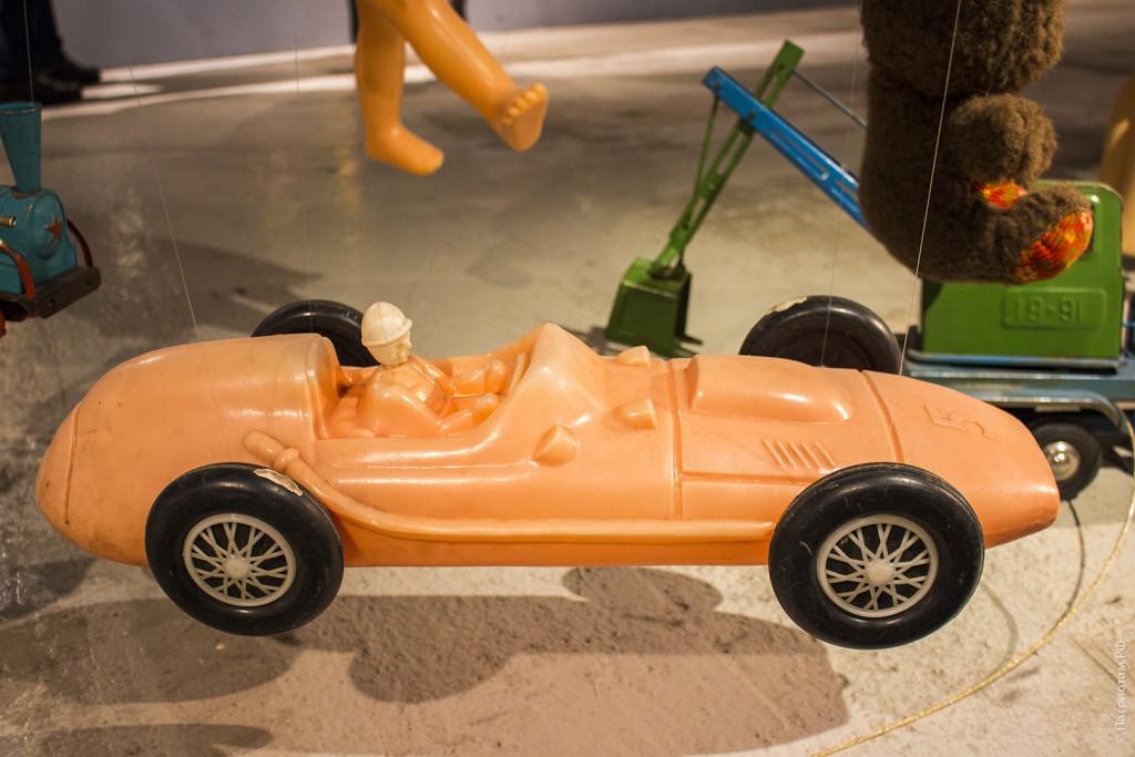 Пластиковый гоночный автомобиль - советская игрушка