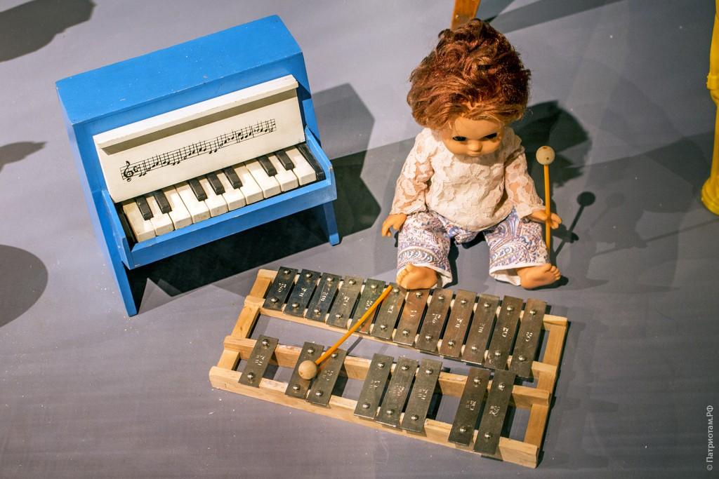 Игрушечное фортепиано, металлофон и кукла - советские игрушки