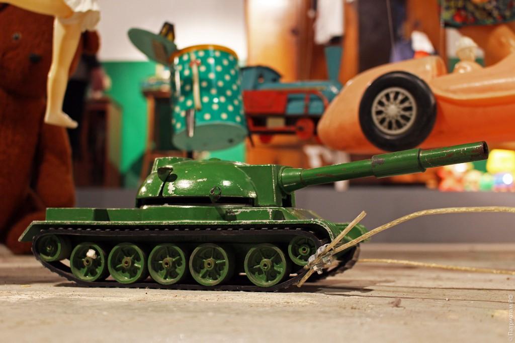 Советская игрушка - танк.