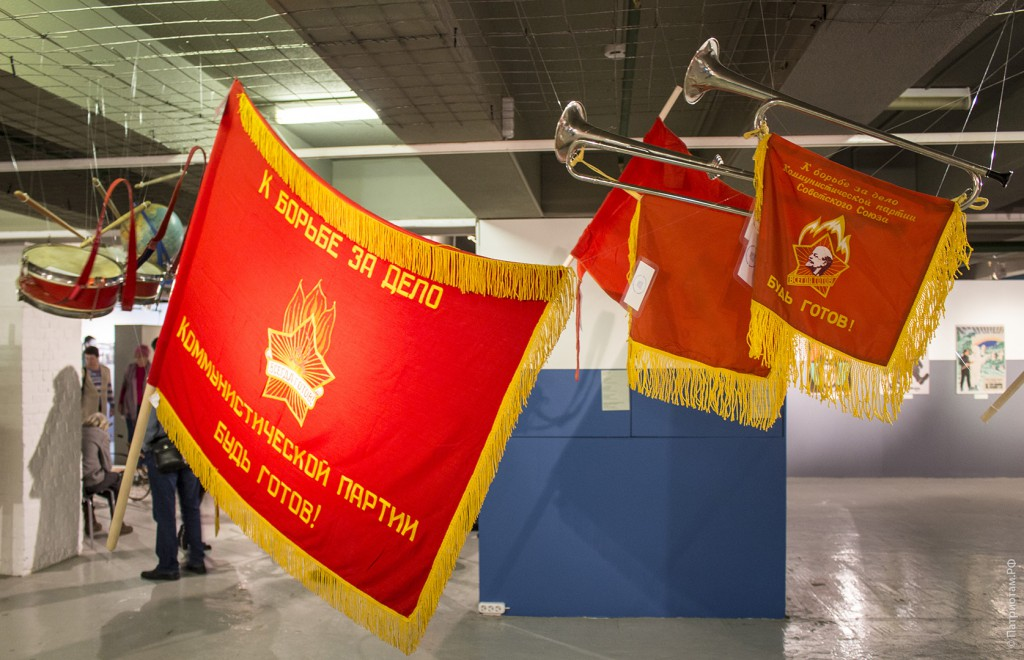 Красные знамена пионеров.