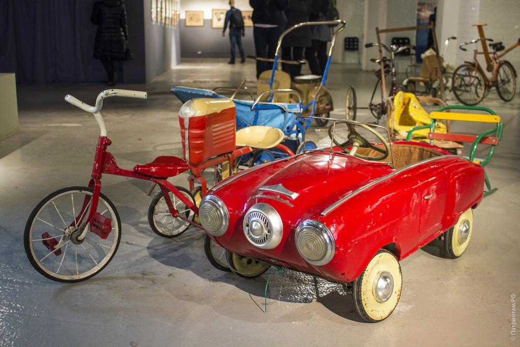 Машина с педалями и горящими фарами