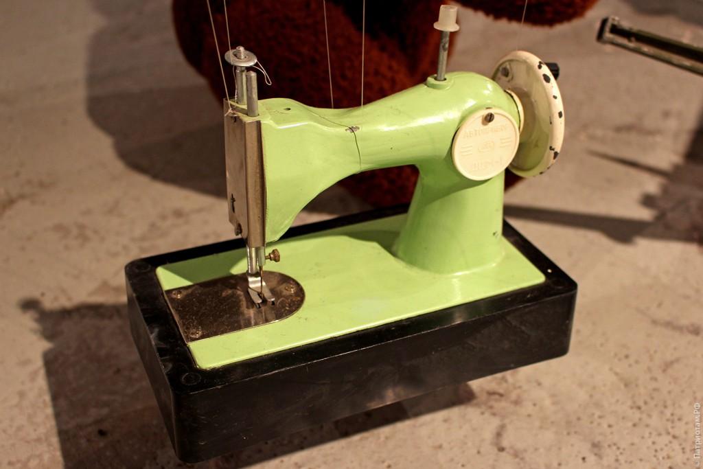 Детская швейная машинка советских времен
