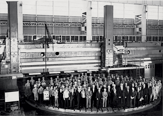 Трудно придумать лучший способ показать циклопические масштабы станов, которые производил Коломенский завод тяжелого станкостроения. Десятки человек на планшайбе!