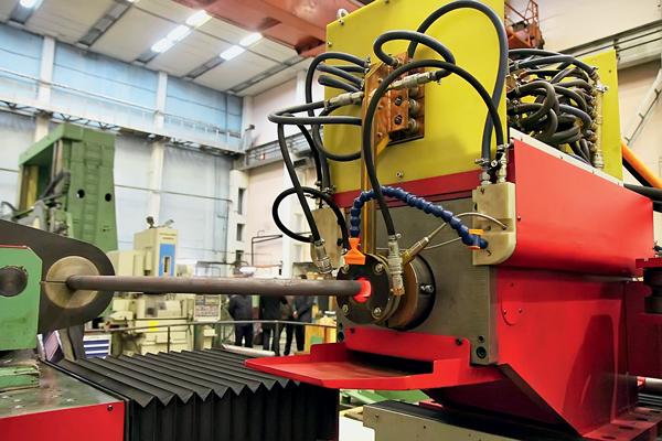 На фото станок-трубогиб выполняет свою медленную, но очень тонкую работу. Под управлением компьютера он создает сложные трехмерные конфигурации из труб — такие детали используются, в частности, в топливных системах ракет. Еще одна новинка ЗАО «Станкотех», стоящая в заводском цехе, — обрабатывающий центр модели ОЦП 300, который предназначен для обработки крупногабаритных деталей (плит, рам, корпусов) из легких металлических сплавов и композитных материалов. На станке можно обрабатывать детали любой геометрической формы с пяти сторон без переустановки.