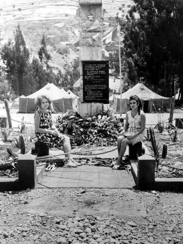 """Памятник экипажу Ан-22 СССР-09303 в Лиме (Перу) На памятнике надпись: """"Вы спешили на помощь пострадавшим от землетрясения. Мы работали здесь, помня о вас."""""""