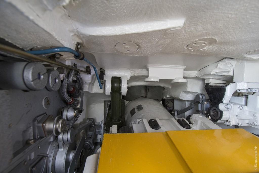 Справа от наводчика находится ствол танка с зарядным механизмом. Как танкисты не глохнут во время выстрела, я не знаю.