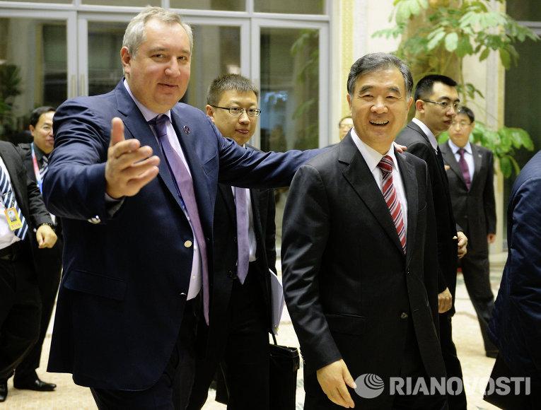 Вице-премьеру Госсовета КНР Ван Яну подарили YotaPhone