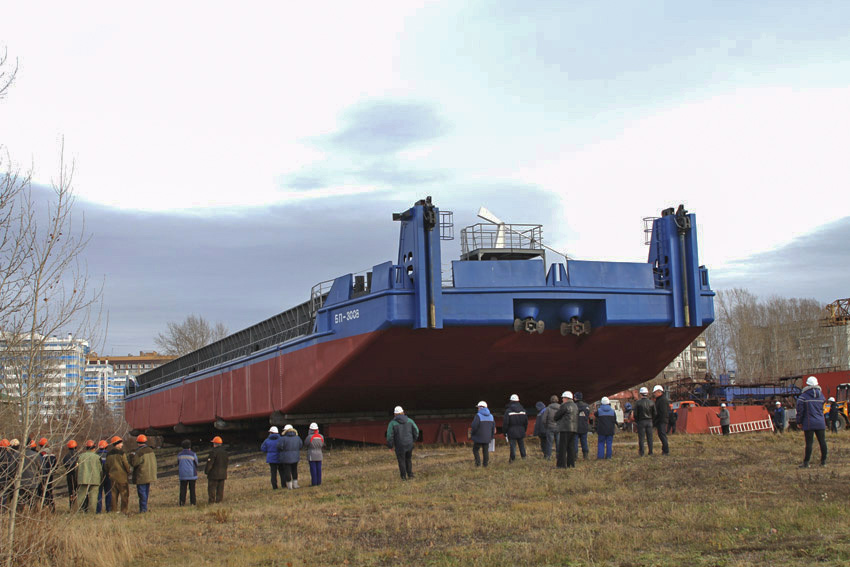 На Красноярской судоверфи спустили на воду баржу-площадку «БП-3008»