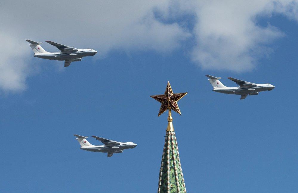 Свыше 70 самолетов и вертолетов пролетят над Москвой в парадном строю в День Победы