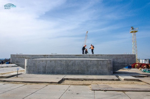 Возведена первая опора Керченского моста на острове Тузла
