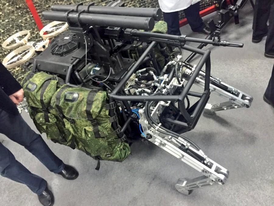 4. Робот-мул. Вооружение - пулеметы и гранатометы.
