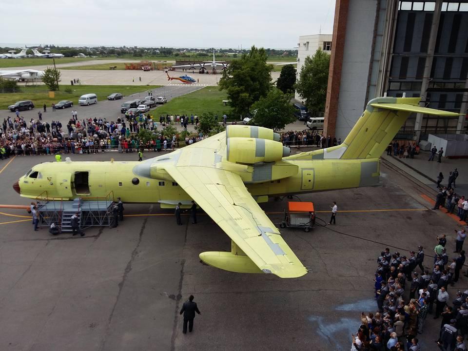 в Таганроге состоялась выкатка первого серийного самолета-амфибии Бе-200ЧС для МЧС России производства ТАНТК им. Г.М. Бериева