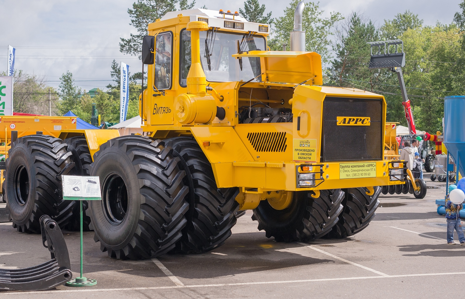 Омское предприятие будет выпускать ежегодно не менее 100 тракторов под собственной маркой «Витязь»