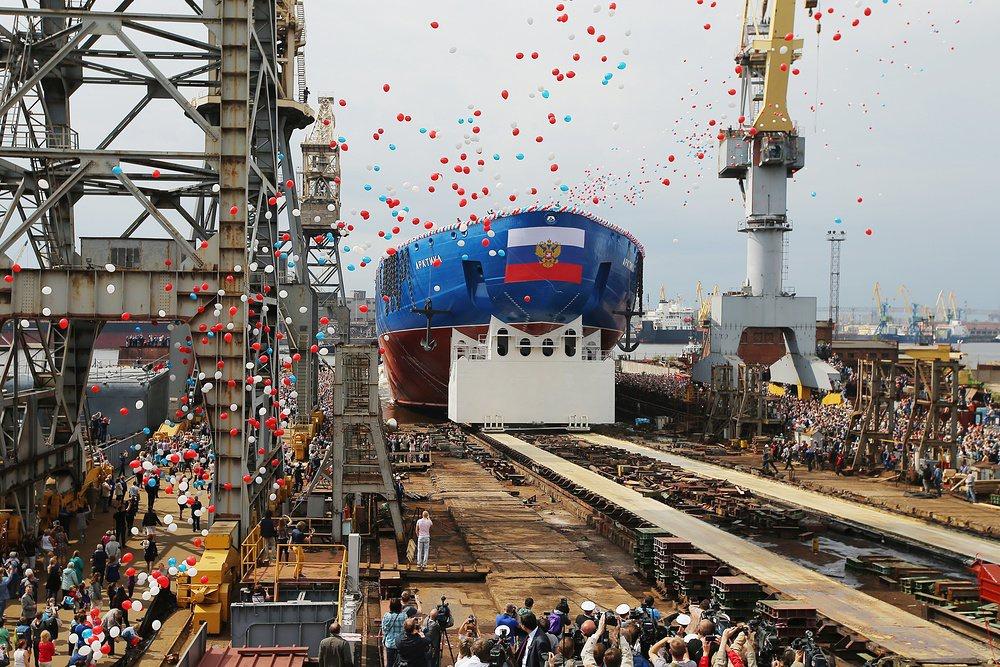 """Корпус самого большого в мире атомного ледокола """"Арктика"""" спустили на воду в Санкт-Петербурге"""