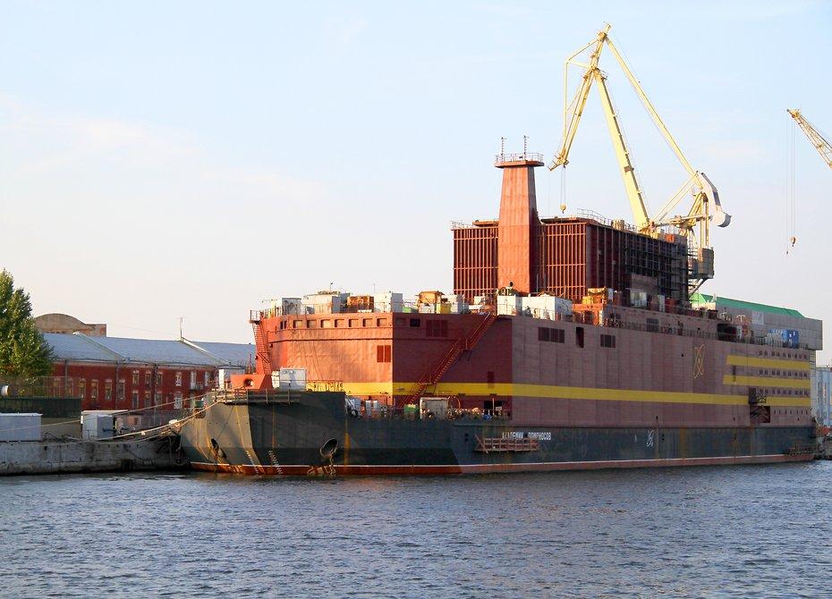 Первую в мире плавучую АЭС начали испытывать в России