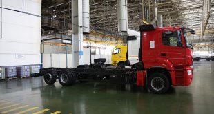 КАМАЗ начал выпускать новый грузовик: с автоматом и подъемной осью