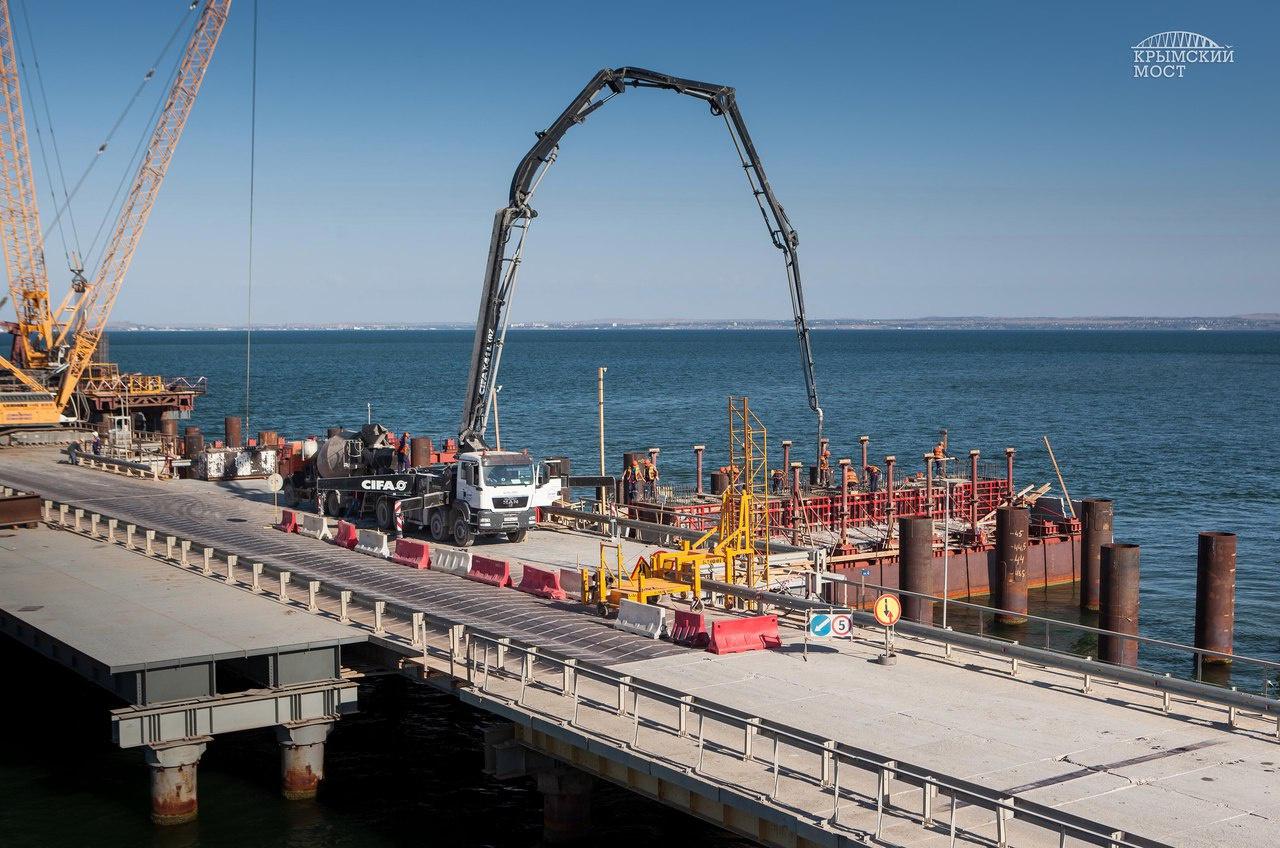 На мосту в Крым начали устанавливать морские опоры