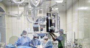 Кардиологи из Новосибирска провели первую в РФ операцию на брюшной аорте с участием робота